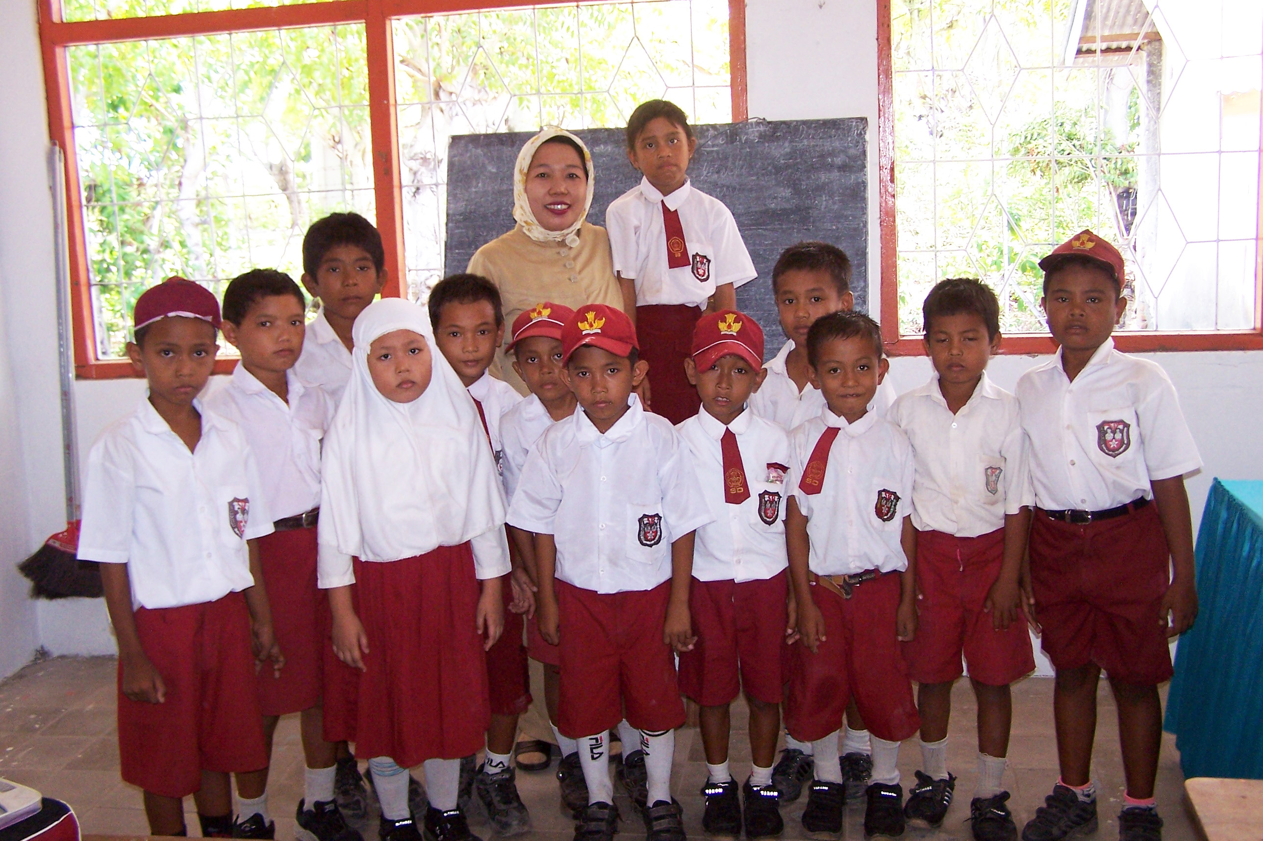 Bira SDN, 2005. Class photo with teacher.
